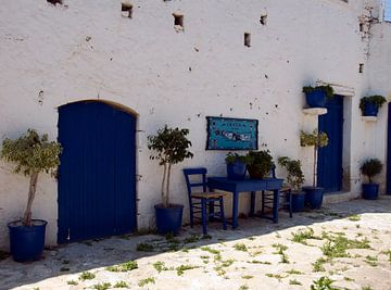 typisch blauw en wit straatje op kreta sur Compuinfoto .