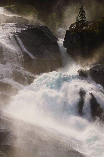 Prachtige waterval in Noorwegen belicht door de zon van Kaat Zoetekouw
