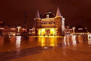 Stadgezicht van de Nieuwmarkt in Amsterdam bij nacht