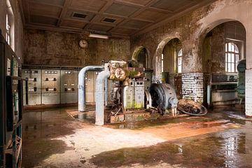 Une industrie abandonnée en déclin. sur Roman Robroek