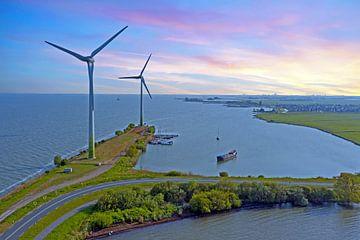 Windturbinen entlang des IJsselmeers bei Durgerdam bei Sonnenuntergang von Nisangha Masselink
