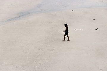Mädchen auf dem einsamen Strand