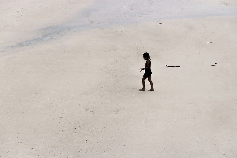 Meisje op het strand van Kim Verhoef