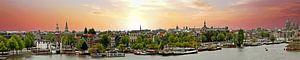 Panorama van de stad Amsterdam in Nederland bij zonsondergang