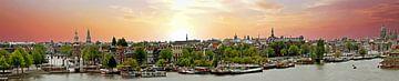 Panorama van de stad Amsterdam in Nederland bij zonsondergang van