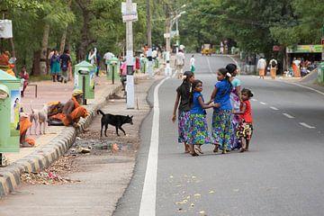 Jonge Indiase vrouw met dochters op weg rond berg Arunachala van