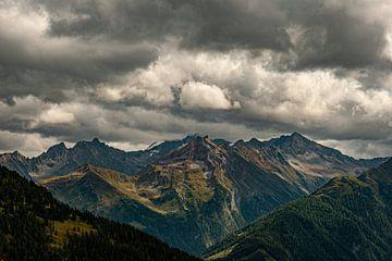 Dunkle Wolken über den Bergen von Thijs van Laarhoven