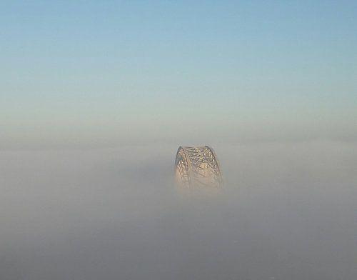Waalbrug van Nijmegen in mist deken van