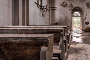 Kirchenbänke einer verlassenen Kirche