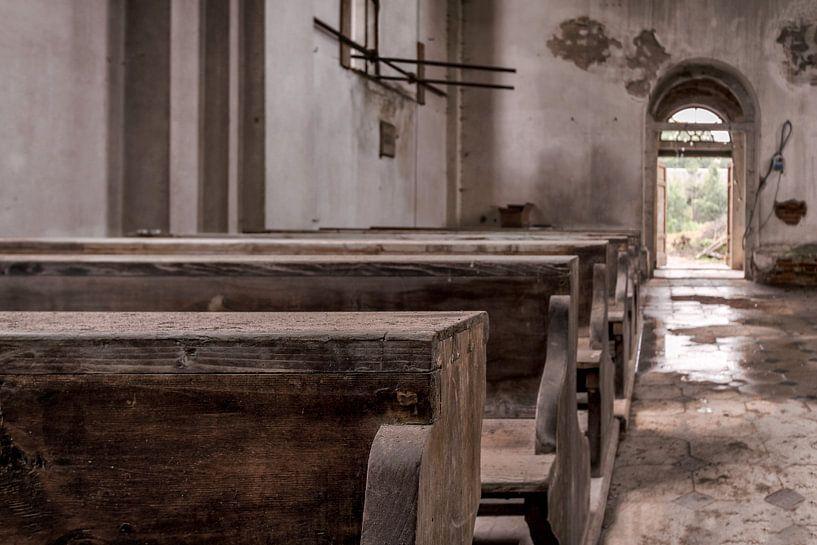 Kirchenbänke einer verlassenen Kirche von Vivian Teuns
