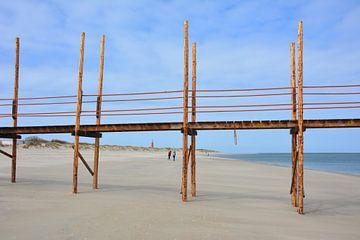 Houten pier voor veerboot Vlieland op strand Texel bij laagtij van My Footprints