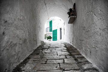 Doorkijkje in Monopoli in Puglia Italie van Ron van der Stappen