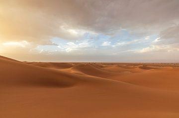 Sonnenuntergang Sahara-Wüste (Erg Chegaga -Marokko) von Marcel Kerdijk