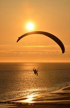 Extreme sport, parapending bij zonsondergang van