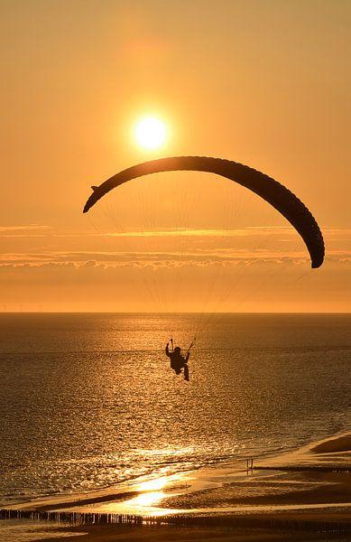 Extreme sport, parapending bij zonsondergang van Tonko Oosterink