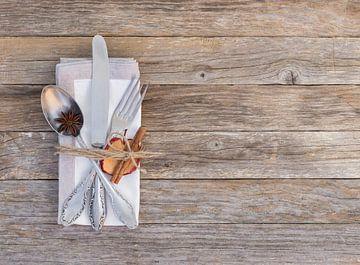 Van de de plaats plaatsende achtergrond van de Kerstlijst met bestek en Kerstmis kruidendecoratie van Alex Winter
