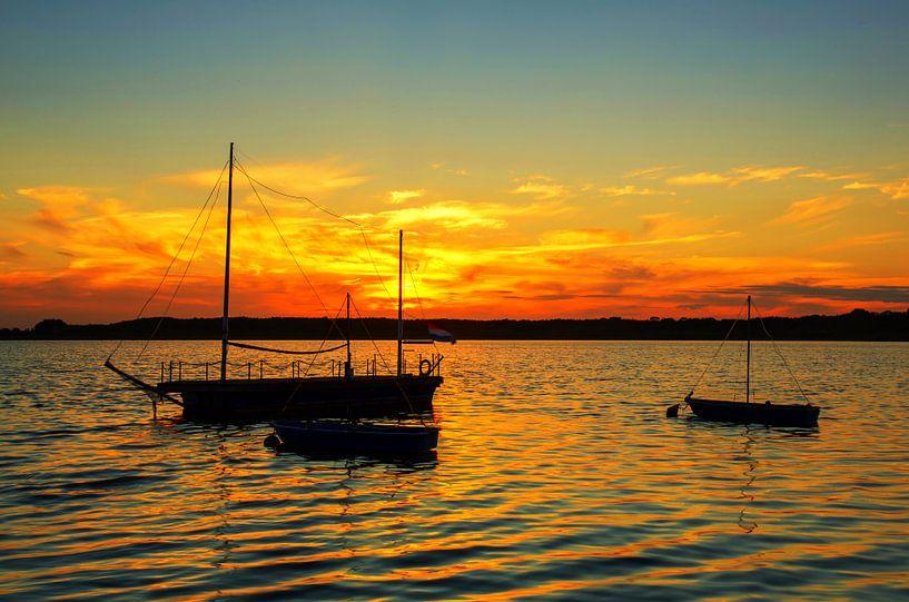 Landschap: Zeilboten op het meer bij zonsondergang van Frank Herrmann