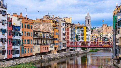 Gekleurde huisjes aan het water in Girona, Spanje