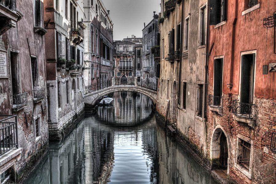 Narrow ''streets' of Venice van Rene Ladenius