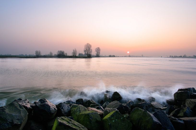 Golfslag aan de rivier de Lek van Mark Leeman