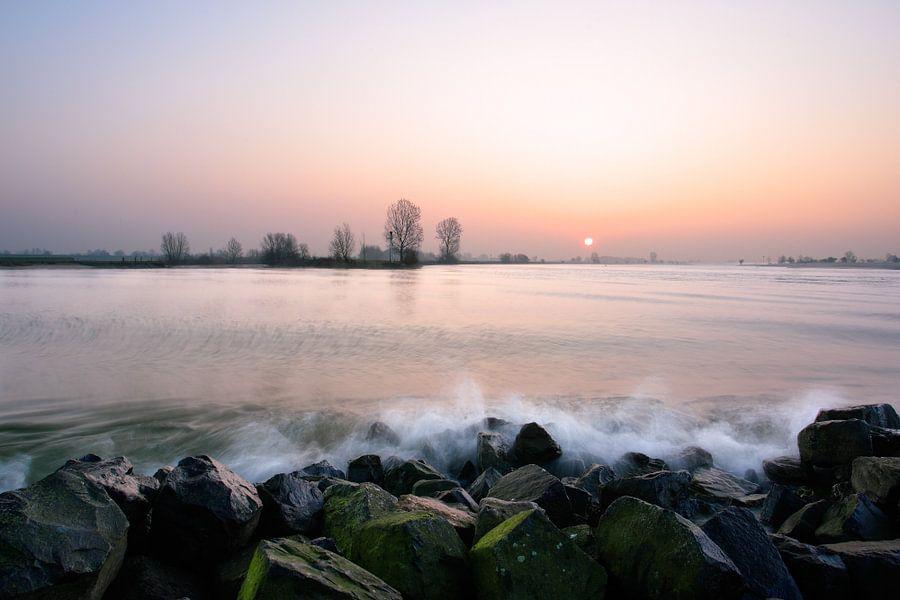 Golfslag aan de rivier de Lek