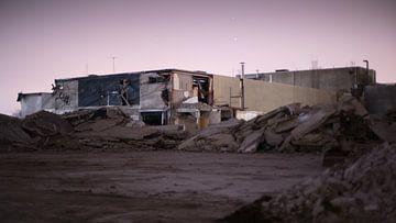 Verlaten fabriek met paarse avondlucht  van