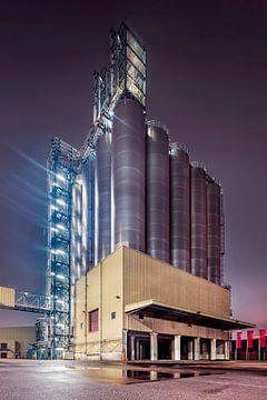 Nachtszene mit zylindrischen Silos auf Industriegebäude, Antwerpen 2 von Tony Vingerhoets