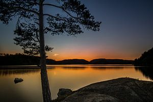 Zonsondergang boven een zweedse meertje van