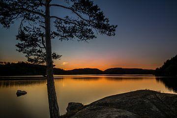 Zonsondergang boven een zweedse meertje
