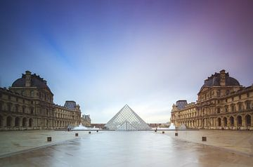 Louvre Parijs op een regenachtige dag van Dennis van de Water
