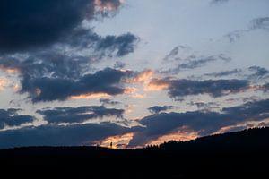 Sonnenuntergang über dem Berghang von Denny Lerch