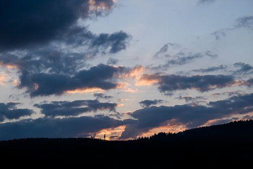 Sonnenuntergang über dem Berghang