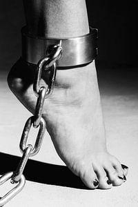 Vrouw met blote voeten en een stalen bdsm boei om haar enkel. #C7187