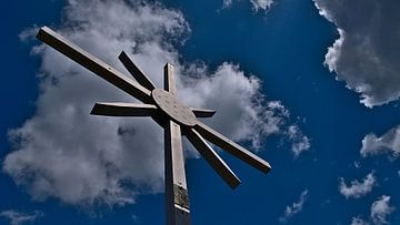 Topkruis in het Dahner Felsenland met bewolkte hemel van Timon Schneider