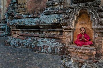 Jonge mediterende monnik voor een budhistisch klooster in Baghan. Wout Kok One2expose van Wout Kok