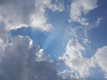 Wolkenstralen van Klaas Roos