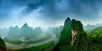 Panorama van Guilin Yaoshan Karst bergen, China. van Ruurd Dankloff