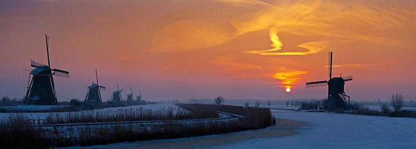 Panorama zonsopkomst Kinderdijk in de winter van Anton de Zeeuw