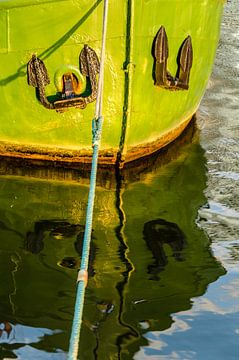 Spiegelung Bug eines Schiffes mit Anker von Dieter Walther