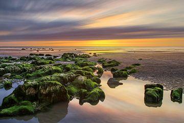 Zonsondergang bij de kust van Normandie van Dennisart Fotografie