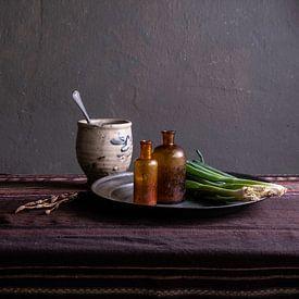 Nature morte moderne avec poterie et oignons de printemps sur Affect Fotografie
