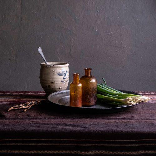 Nature morte moderne avec poterie et oignons de printemps