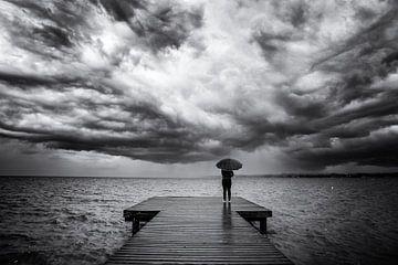 Dreigende wolken boven het Gardameer van Jacques Jullens