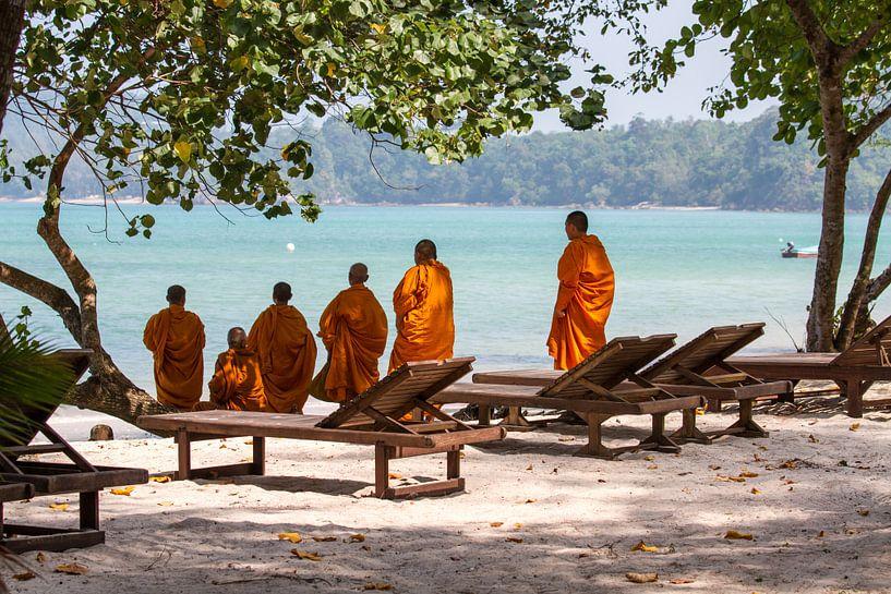 Mönche am Strand von Levent Weber