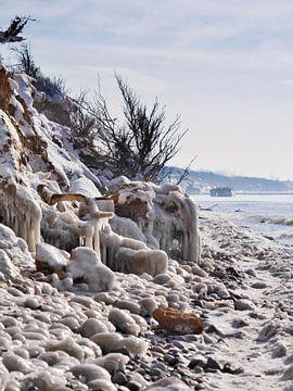 Gefrorener Strand – Steilküste Hohes Ufer, Ahrenshoop, Darß von Jörg Hausmann