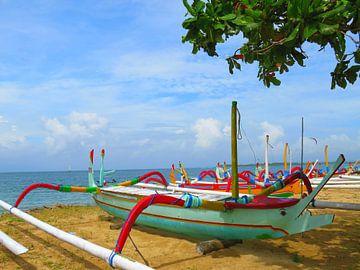 Kleurrijke vissersboten op het strand van Bali van Thomas Zacharias