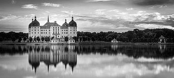 Panorama von Schloss Moritzburg in schwarz-weiß von Henk Meijer Photography