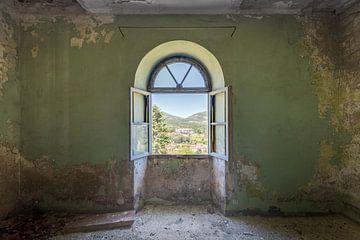 Fenster mit Blick auf die italienischen Berge von Perry Wiertz