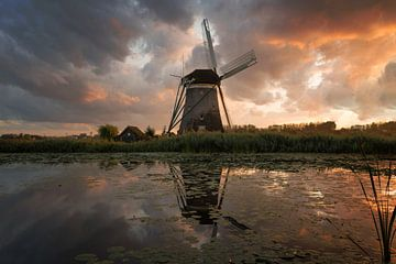 Windmühle unter einem explosiven Himmel bei Sonnenuntergang von iPics Photography