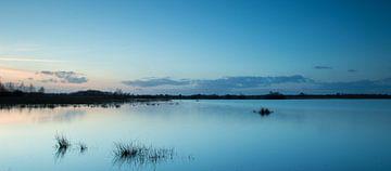 Avondlicht tijdens blauwe uurtje (long exposure) - Haaksbergerveen   sur Art Wittingen